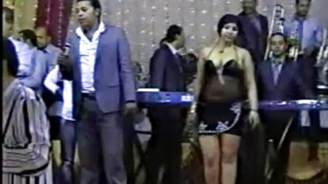 Pijane dziewczyny jeżdżą, a potem darmowe filmy z cipkami pomagają mu w gardle