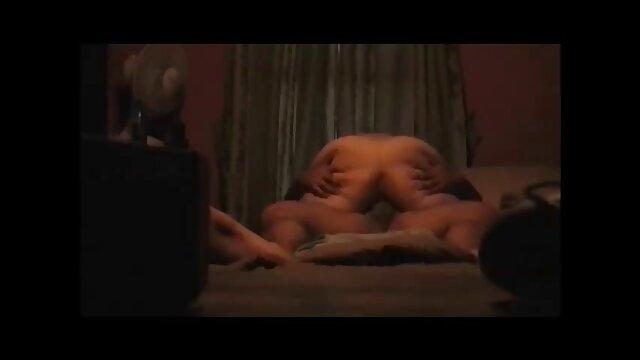 Masturbuje się darmowe filmy erottyczne na łóżku z mężem,