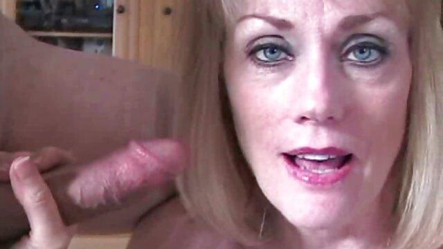 Dziewczyna pieści moje darmowe filmy erotyczne z dziewicami ciało w basenie