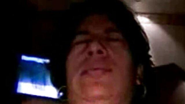 Młody człowiek filmy za darmo o seksie zamknął się w wannie z gumowym człowiekiem.
